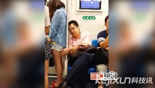 上海地铁现猥琐大叔 偷摸时尚女孩大白腿