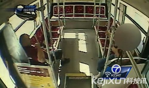 美饥渴公交司机上班时间大玩车震 被监视器录下全程