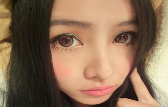 带美瞳有什么危害怎样避免 化妆戴美瞳的注意事项