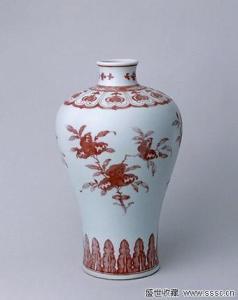 清乾隆釉里红三果纹梅瓶