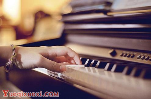 """在钢琴演奏中,手腕处于十分重要的位置。那么,如何做到手腕的完全放松呢?  1  让学生将手腕搭在椅子靠背上,手腕持平老师提醒学生""""手腕放松""""后,放开支撑学生手腕的手。  2"""