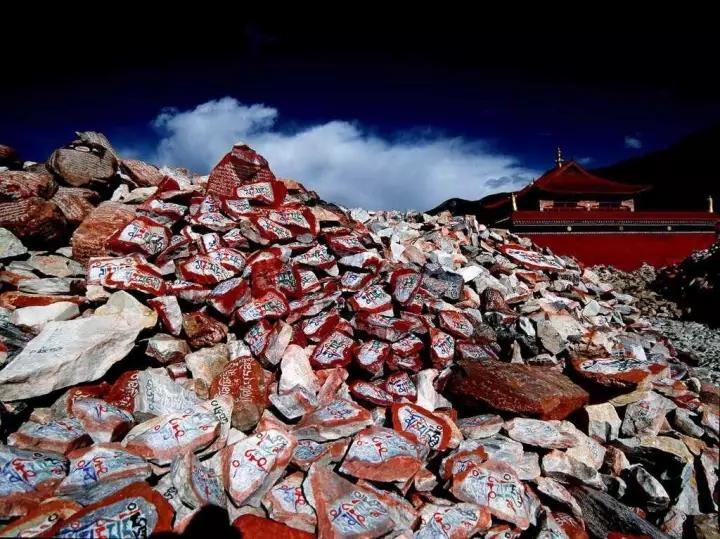 藏族格萨尔彩绘石刻非物质文化遗产,石板上的金戈铁马